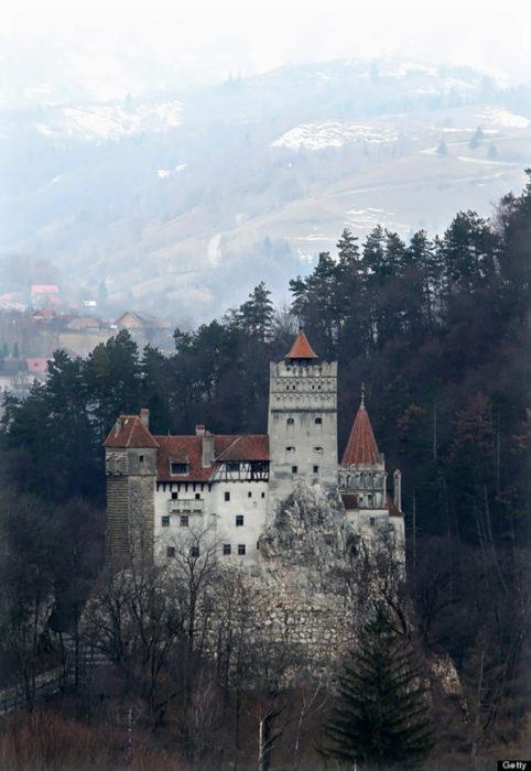castillo en un oscuro bosque