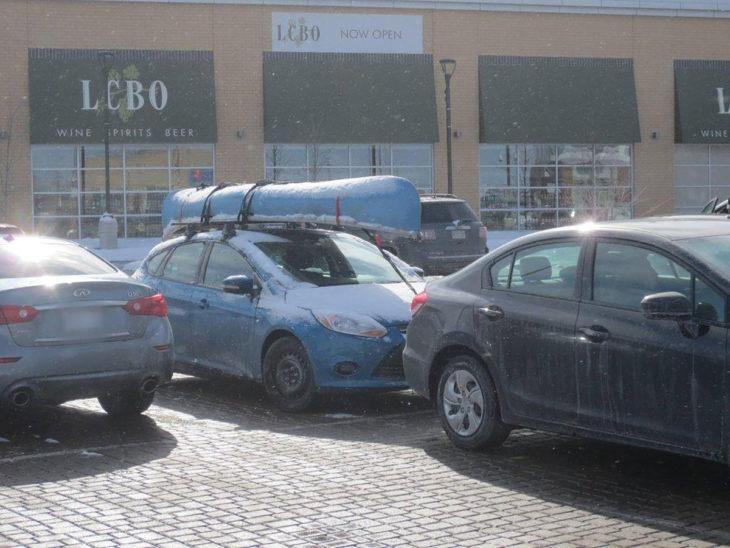 coche cargando canoa en un día de nieve