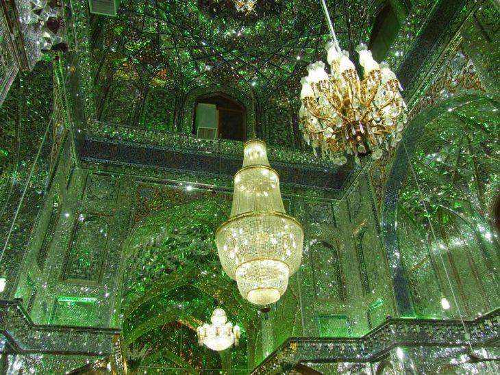 lámparas en interior verde de mezquita