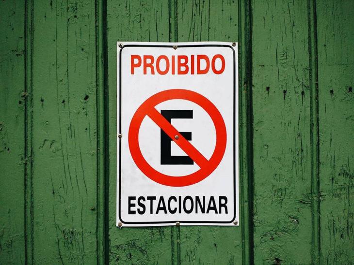 prohibido estacionar con mala ortografía