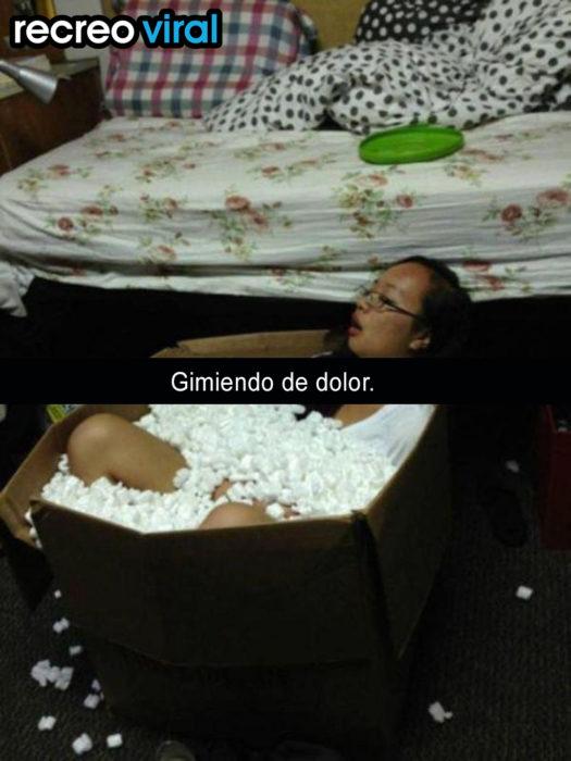 muchacha dormida en una caja llena de bolitas de unicel