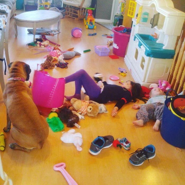 Papás cansados - cuarto de niños tirado
