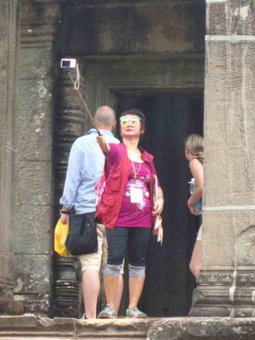 señora tomandose mal una selfie