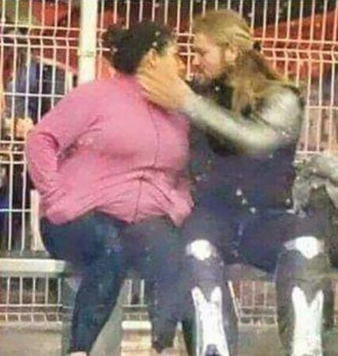 hombre que parece thor besando a una mujer gorda