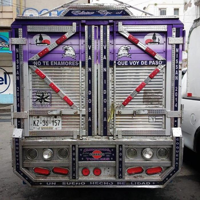 rótulo en parte trasera de camión