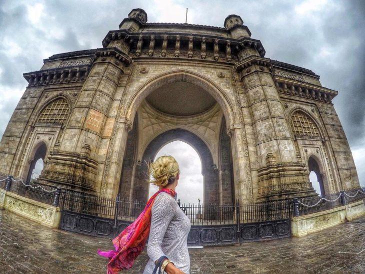 mujer en arco de India