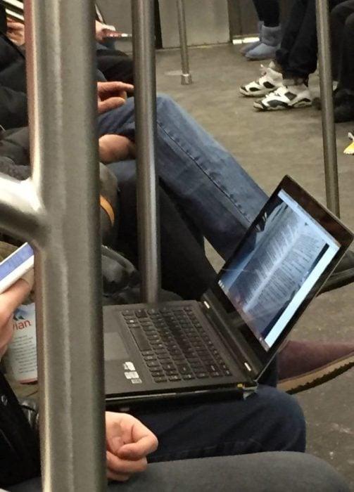 leyendo un libro escaneado en la laptop