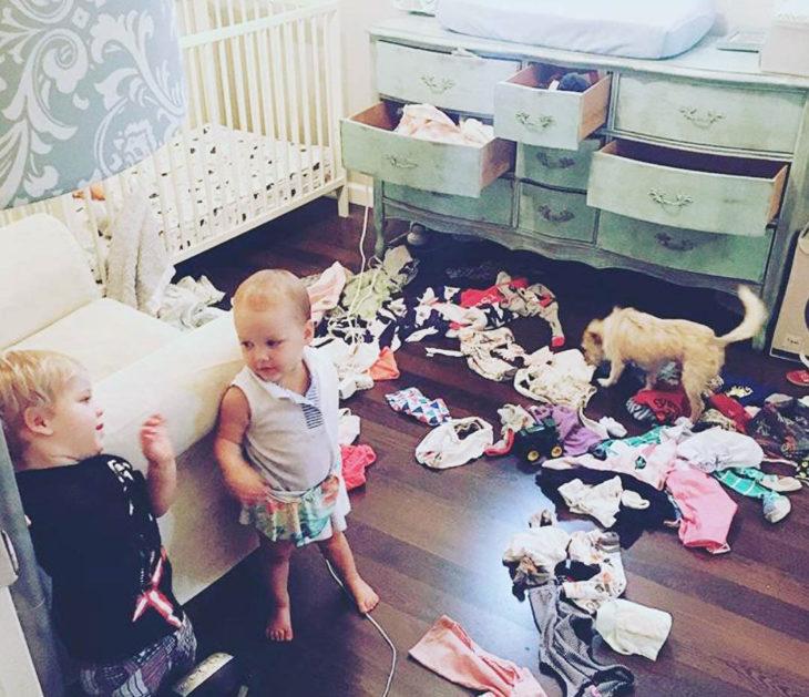 Papás cansados - niños tiraron toda la ropa al piso