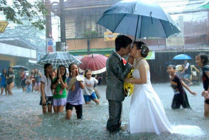 novios besándose en inundación