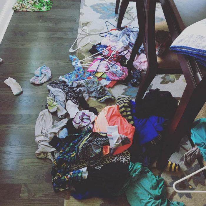 Papás cansados - ropa limpia en el piso