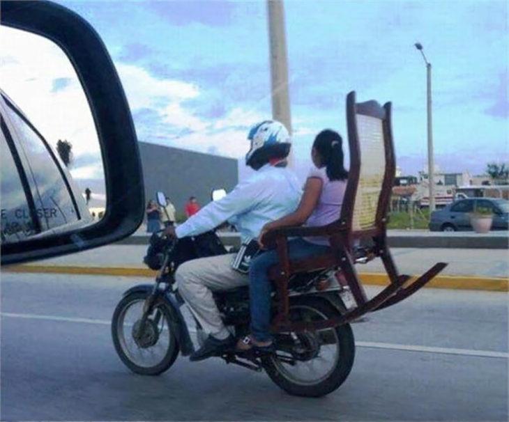 mujer en silla mecedora arriba de una moto