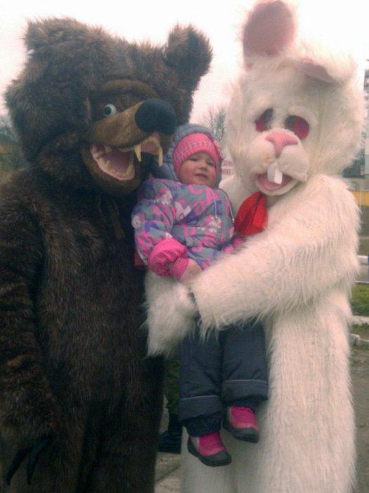 botargas de conejos aterradoras cargando un bebé