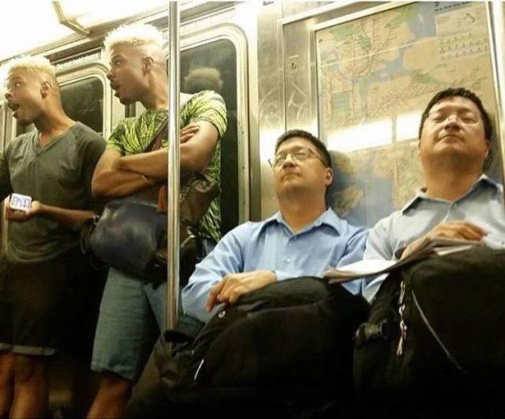 Dos pares de gemelos en el transporte público