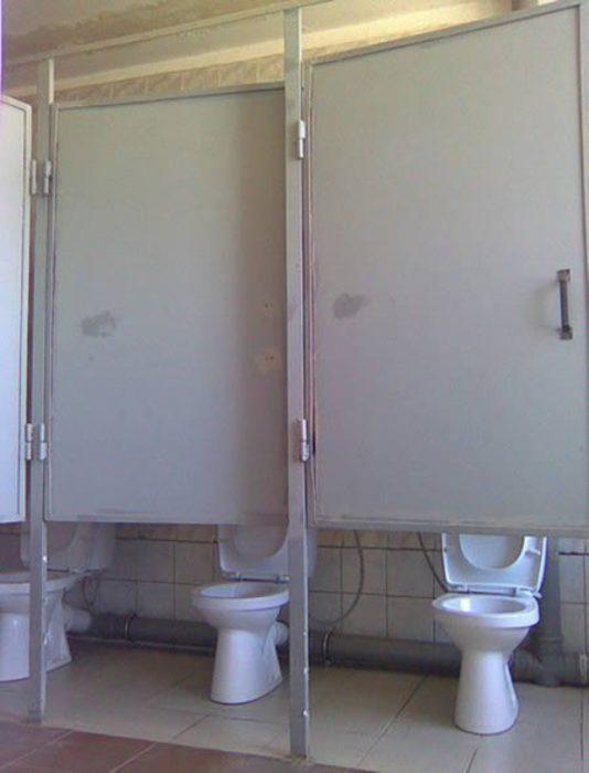 baños con puertas muy altas
