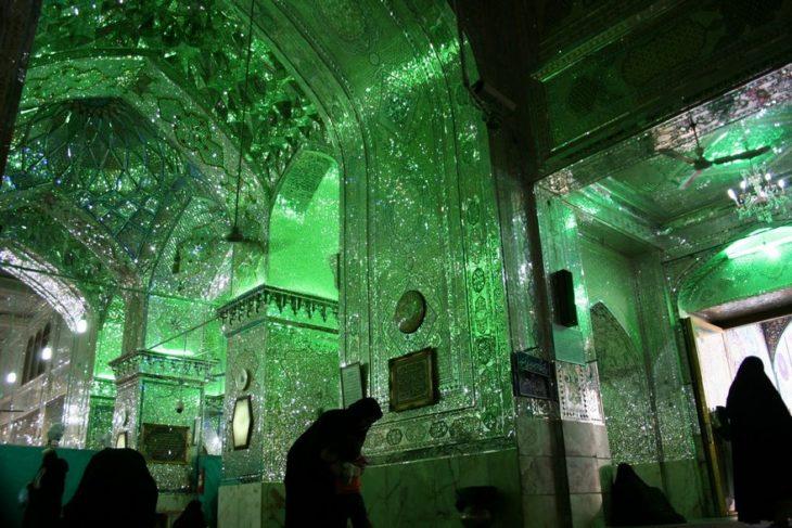 interior de mezquita llena de cristales verdes