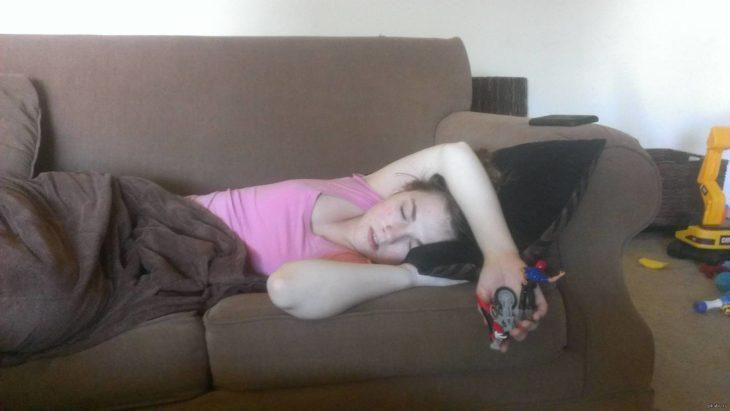 muchacha dormida con un juguete en la mano