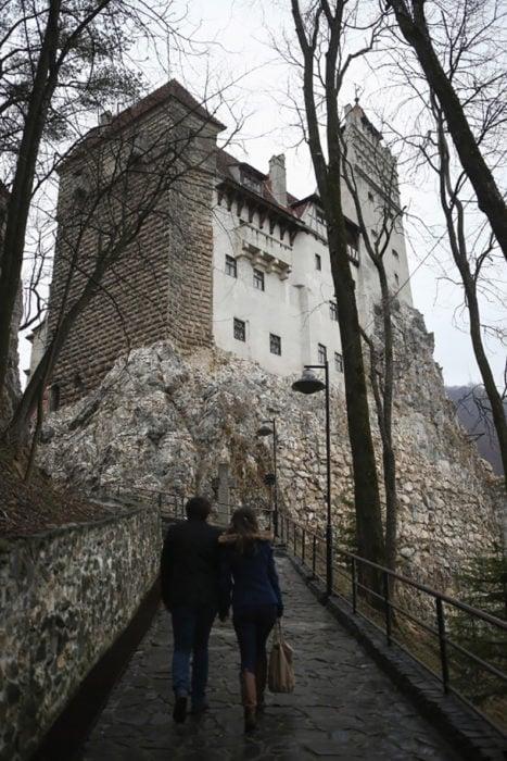 dos personas llegando al castillo de bran