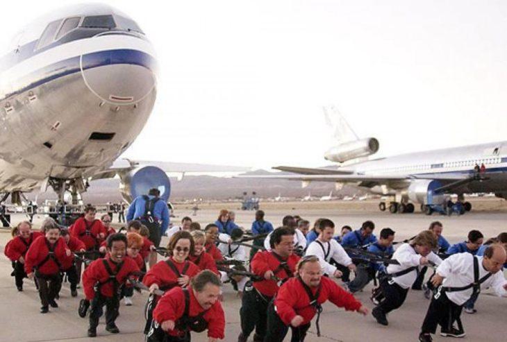 personas bajitas llevando un avión