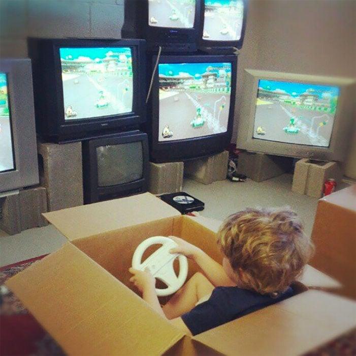 niño jugando videojuegos dentro de una caja