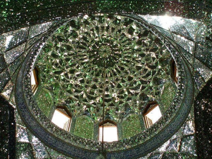 interior de domo con cristales verdes