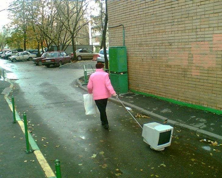 mujer sacando a su computadora a pasear