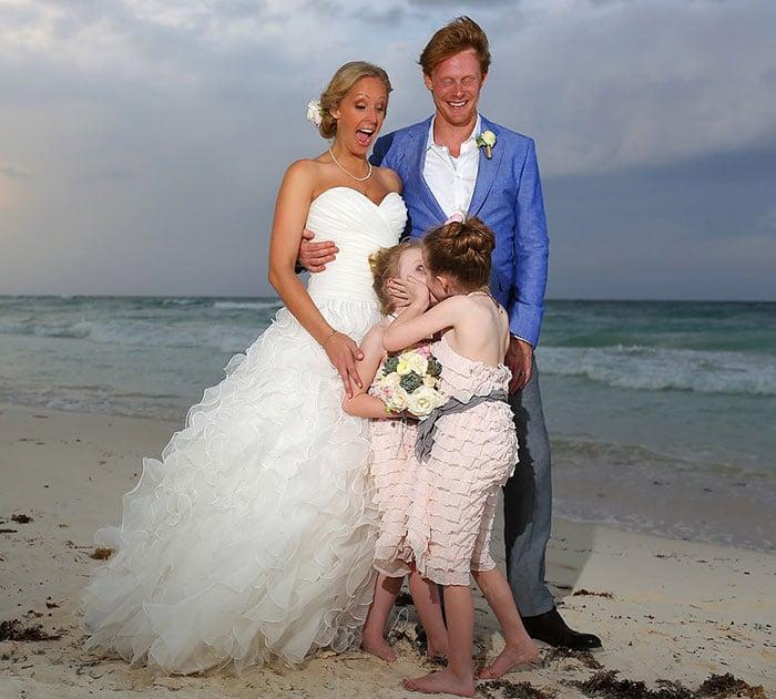 niña besando a otra niña en boda