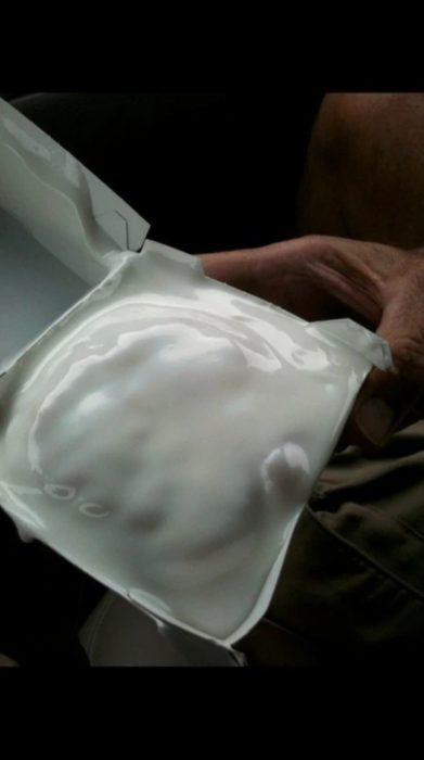 dona con mucha crema batida