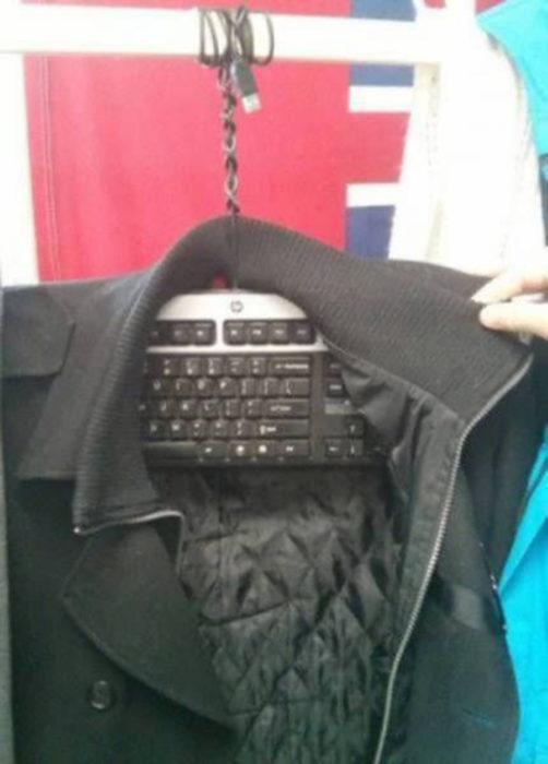 teclado sirve como gancho para una camiseta