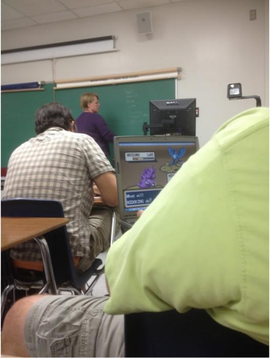 alumno jugando videojuegos dentro del salón de clase