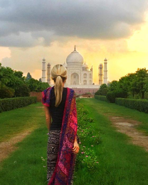 mujer frente al taj mahal