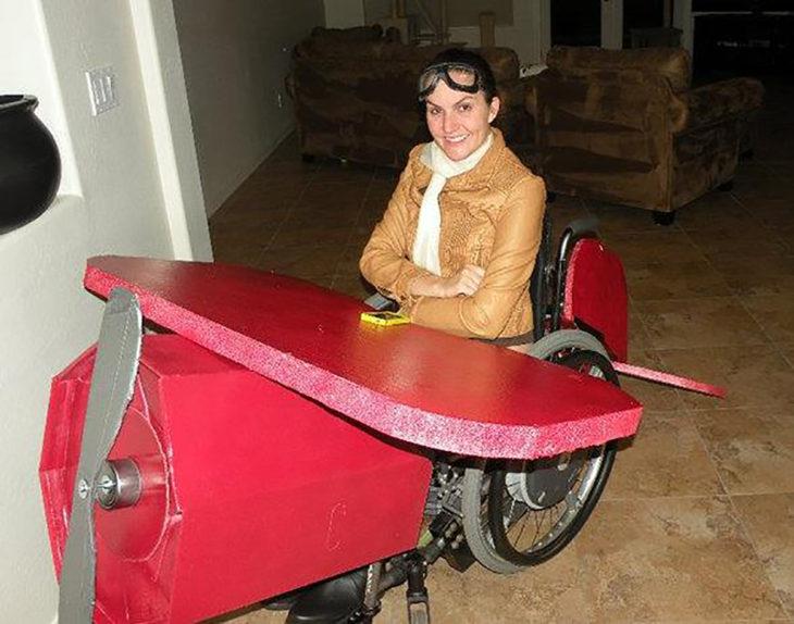 persona en silla de ruedas disfrazada de aviadora
