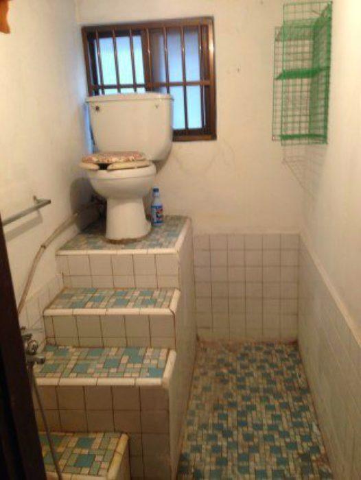 taza de baño sobre escaleras
