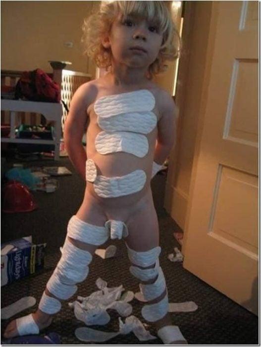 niño cubierto de toallas sanitarias