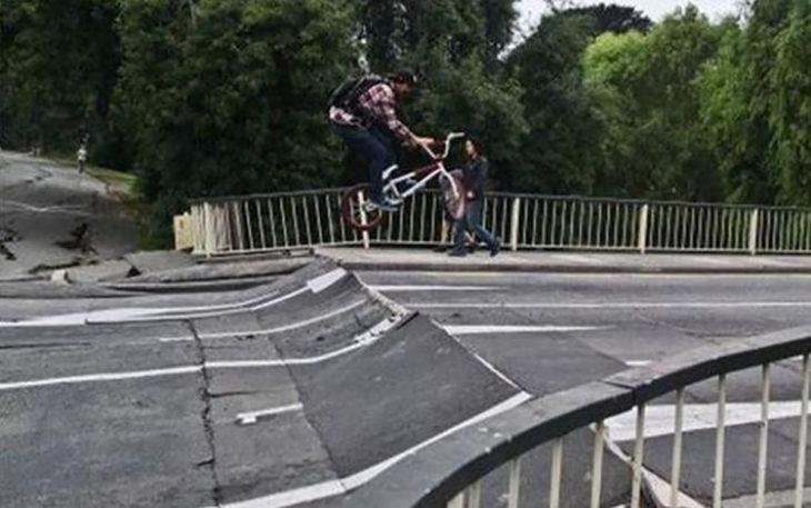 chico patinando sobre asfalto en mal estado
