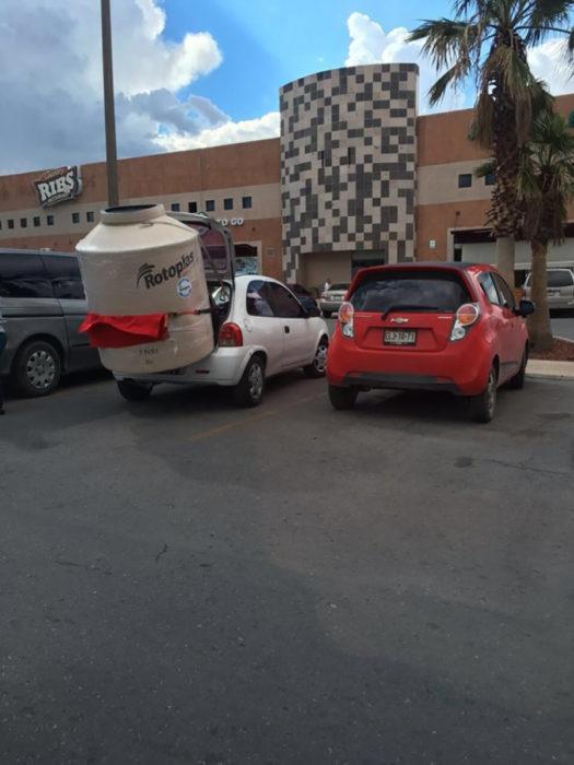 carro cargando rotoplas