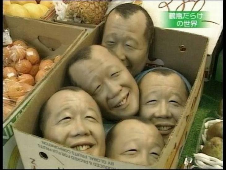 cabezas en caja de frutas