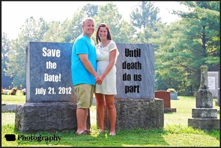 pareja en cementerio