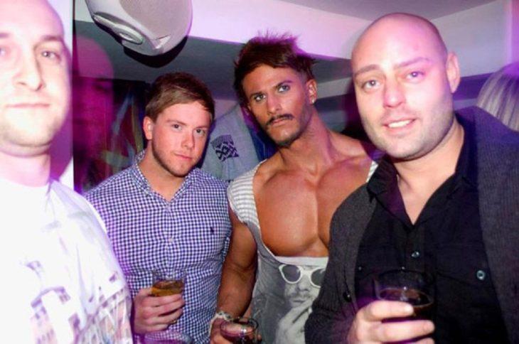 hombre con escote en un club nocturno