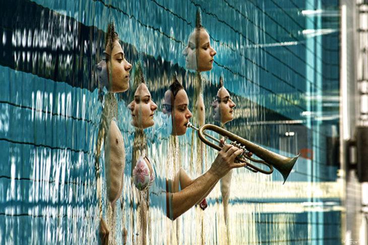 juego de perspectiva músicos que emergen del agua