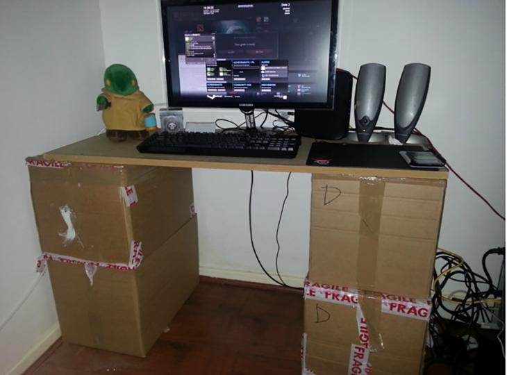 computador sobre cajas de cartón