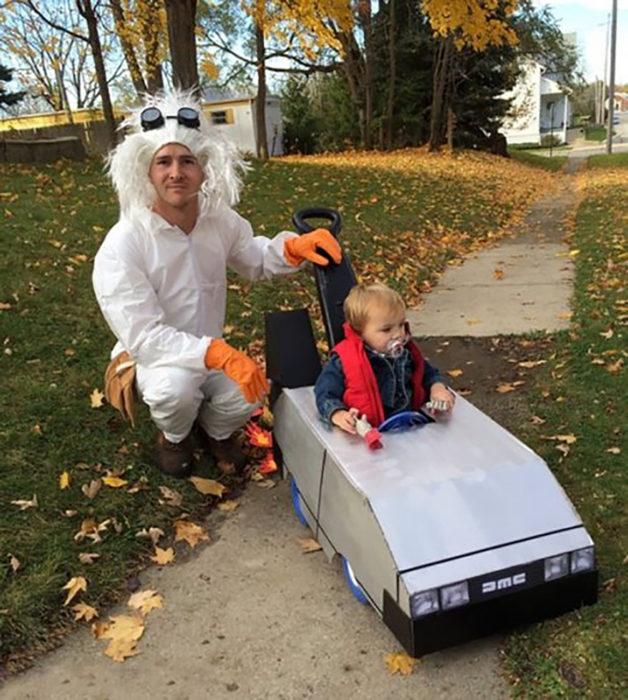 padre e hijo disfrazados de volver al futuro