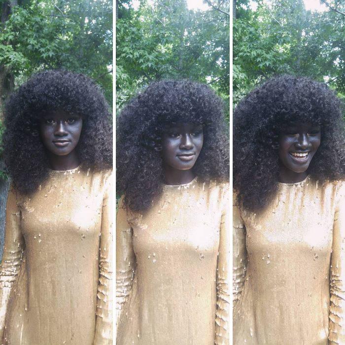 muchacha negra en vestido dorado y cabello afro