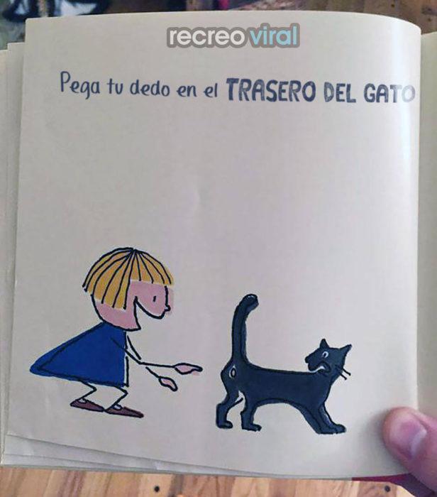 dibujo de una niña persiguiendo el trasero de un gato