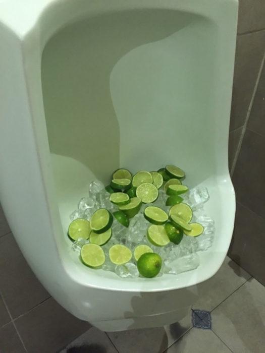 urinario con limones