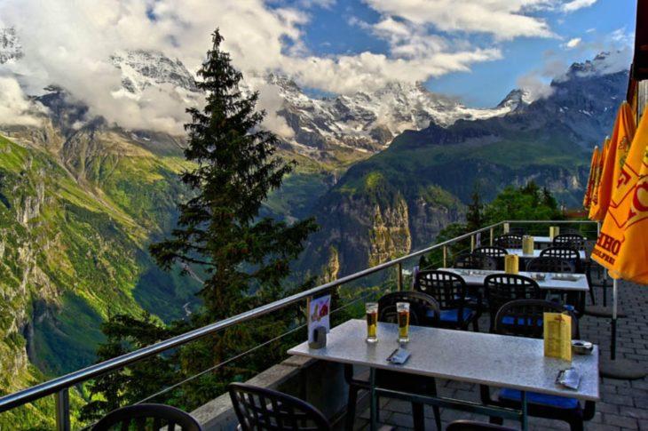 Restaurante con un hermoso paisaje de montañas y bosque