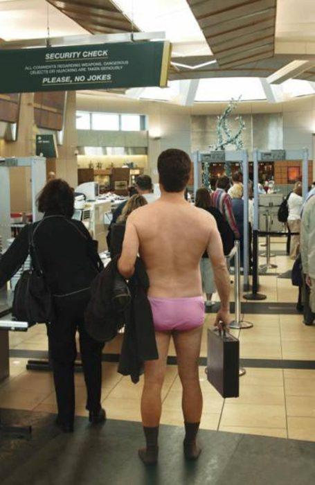 hombre en calzones en aeropuerto