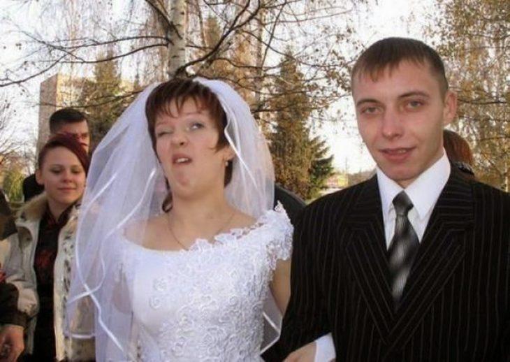 novia a punto de estornudar al lado de novio