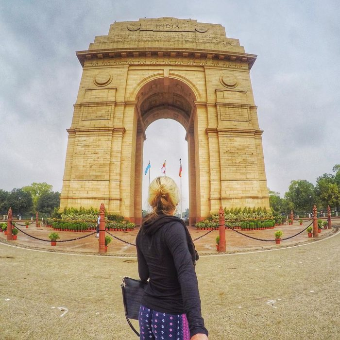 mujer de espaldas en un arco Hindú