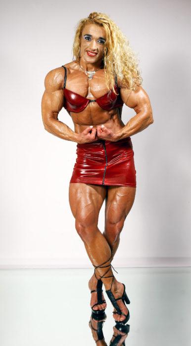fisicoculturista en falda roja