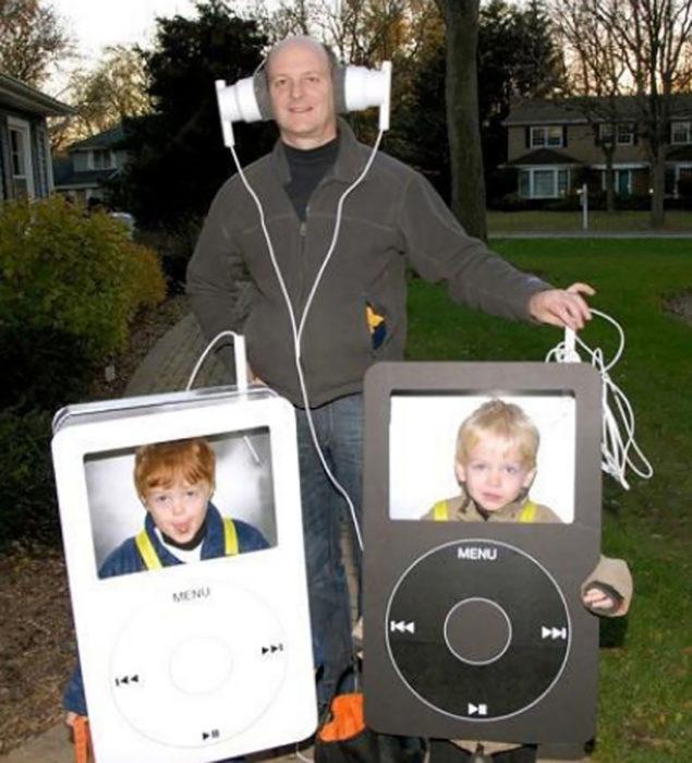 niños disfrazados de reproductor mp3 acompañados de su padre